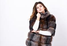 Το πρότυπο καταστημάτων γουνών απολαμβάνει θερμό στο μαλακό χνουδωτό παλτό με το περιλαίμιο Γυναίκα makeup και hairstyle τοποθέτη στοκ φωτογραφία με δικαίωμα ελεύθερης χρήσης