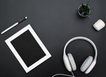 Το πρότυπο, το πλαίσιο φωτογραφιών, τα ακουστικά, η μάνδρα, και ο κάκτος γράφουν το αντικείμενο στο μαύρο υπόβαθρο στοκ εικόνες με δικαίωμα ελεύθερης χρήσης