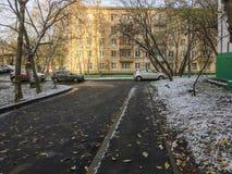 Το πρώτο χιόνι στην πόλη στοκ φωτογραφία με δικαίωμα ελεύθερης χρήσης
