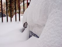 Το πρωί μετά από χιονοπτώσεις Σκάψτε επάνω το αυτοκίνητο Το αυτοκίνητο καλύπτεται με το χιόνι χειμώνας της Σιβηρίας στοκ φωτογραφία