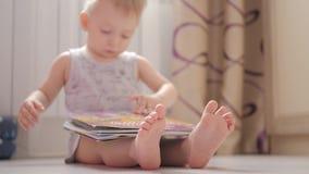 Το πόδι μωρών στον άσπρο τάπητα, κλείνει επάνω απόθεμα βίντεο