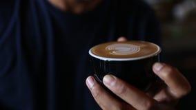 Το Barrista κάνει την τέχνη καρδιών latte στο cappuccino απόθεμα βίντεο