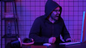 Το Gamer φωνάζει τη μετάβαση τρελλό της ήττας στο τηλεοπτικό παιχνίδι που χτυπά τον πίνακα με την πυγμή του στοκ εικόνα με δικαίωμα ελεύθερης χρήσης
