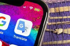Το Google μεταφράζει το εικονίδιο εφαρμογής στο iPhone Χ της Apple κινηματογράφηση σε πρώτο πλάνο οθόνης Το Google μεταφράζει το  στοκ εικόνες