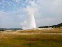 Το Yellowstone εκρήγνυται σε μια εικονική επίδειξη που τίθεται στο παλαιό πιστό gaiser μου στοκ εικόνα