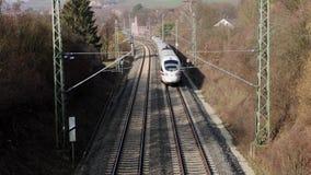 Τραίνο σε μια γραμμή σιδηροδρόμων απόθεμα βίντεο