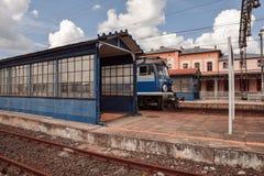 Τραίνο στην πλατφόρμα σιδηροδρόμων στοκ φωτογραφίες με δικαίωμα ελεύθερης χρήσης