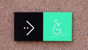 Τραγουδήστε το δείκτη στη θέση της κεκλιμένης ράμπας για την εκτός λειτουργίας αναπηρική καρέκλα με το πράσινα εικονίδιο και το β στοκ εικόνες με δικαίωμα ελεύθερης χρήσης