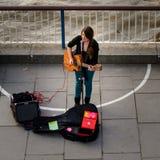 Τραγουδιστής οδών Busker στο South Bank του Λονδίνου στοκ φωτογραφία