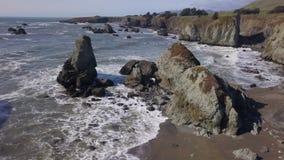 Τραχιά ακτή ασβεστίου Sonoma - σημείο ενδιαφέροντος απόθεμα βίντεο