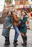 Τρεις ευτυχείς όμορφες φίλες στοκ εικόνες με δικαίωμα ελεύθερης χρήσης