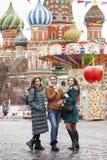 Τρεις ευτυχείς όμορφες φίλες στοκ φωτογραφία με δικαίωμα ελεύθερης χρήσης