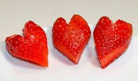 Τρεις κόκκινες φράουλες που διαμορφώνονται όπως τις καρδιές στοκ φωτογραφίες