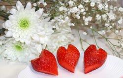 Τρεις κόκκινες φράουλες που διαμορφώνονται όπως τις καρδιές στοκ εικόνες