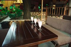 Τρεις milkshakes και καταφερτζήδες στον ξύλινο πίνακα στοκ εικόνες με δικαίωμα ελεύθερης χρήσης