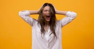 Τρελλό δυστυχισμένο κορίτσι που κραυγάζει και που τινάζει το κεφάλι της απόθεμα βίντεο