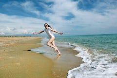 Τρεξίματα κοριτσιών από τη θάλασσα στοκ εικόνα
