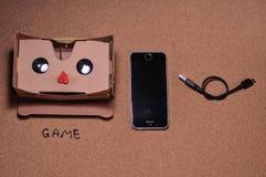 τρισδιάστατα γυαλιά για το παιχνίδι στο κινητό τηλέφωνο στοκ εικόνα