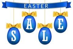 Τρισδιάστατο σύνολο εμβλημάτων πώλησης αυγών Πάσχας Χρυσό τόξο κορδελλών, άσπρο κείμενο, μπλε κρεμώντας απομονωμένο αυγά υπόβαθρο απεικόνιση αποθεμάτων