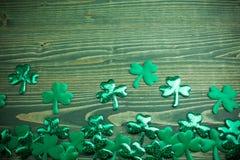 Τριφύλλια Glittery σε ένα ξύλινο πράσινο υπόβαθρο με το διάστημα στοκ φωτογραφία με δικαίωμα ελεύθερης χρήσης