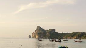 Τροπικό ωκεάνιο τοπίο παραλιών με τα δεμένα μικρά ξύλινα παραδοσιακά ζωηρόχρωμα αλιευτικά σκάφη σε 4K απόθεμα βίντεο