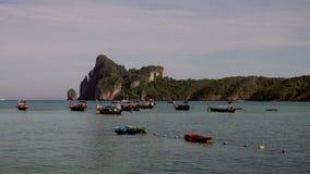 Τροπικό ωκεάνιο τοπίο παραλιών με τα δεμένα μικρά ξύλινα παραδοσιακά ζωηρόχρωμα αλιευτικά σκάφη σε 4K φιλμ μικρού μήκους