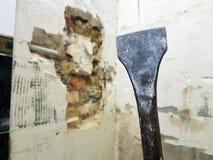Τρυπάνι από perforator, τη σμίλη και τις πύλες στο τουβλότοιχο και το σωλήνα προπυλενίου στοκ φωτογραφία