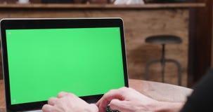 Τύποι ατόμων γρήγορα σε έναν υπολογιστή με την πράσινη οθόνη στην επίδειξη απόθεμα βίντεο