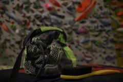 Τσάντα για το μαγνήσιο και μια βούρτσα για να καθαρίσουν τα πιασίματα, ο βασικός bouldering εξοπλισμός στοκ εικόνες με δικαίωμα ελεύθερης χρήσης