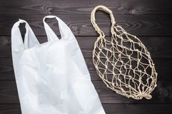 Τσάντα σειράς κάνναβης εναντίον της πλαστικής τσάντας στο σκοτεινό υπόβαθρο στοκ εικόνες