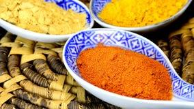 Τσίλι, turmeric, σκόνη πιπεροριζών στα κουτάλια στο tablechili στροφής, turmeric, σκόνη πιπεροριζών στα κουτάλια απόθεμα βίντεο