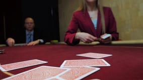 Τυχερό παιχνίδι χαρτοπαικτικών λεσχών: Ο έμπορος ασχολείται τις κάρτες Στοίχημα φορέων οι κάρτες κλείνουν επάνω κίνηση αργή φιλμ μικρού μήκους