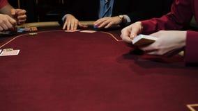 Τυχερό παιχνίδι χαρτοπαικτικών λεσχών: Ο έμπορος ασχολείται τις κάρτες στους φορείς Κινηματογράφηση σε πρώτο πλάνο καρτών και χερ φιλμ μικρού μήκους