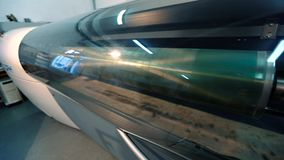 Τυπωμένος άξονας με ένα αφηρημένο σχέδιο, εργοστάσιο για την παραγωγή της ταπετσαρίας βιομηχανικό εσωτερικό Λεπτομέρεια απόθεμα βίντεο