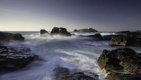 Φάρος Godrevy στο νησί Godrevy στον κόλπο του ST Ives, Κορνουάλλη, UK με τα συντρίβοντας κύματα και τους βράχους στοκ εικόνα