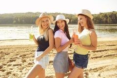 Φίλες σε ένα κόμμα στην παραλία το καλοκαίρι, φθινόπωρο στοκ φωτογραφία με δικαίωμα ελεύθερης χρήσης