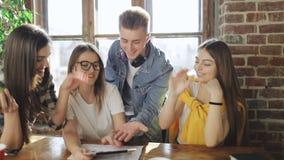 Φίλοι που κάνουν την ομαδική εργασία επιτυχώς φιλμ μικρού μήκους