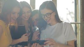 Φίλοι που προσέχουν το βίντεο και το γέλιο φιλμ μικρού μήκους
