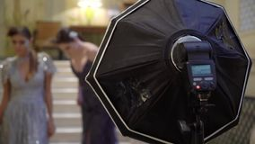 Φακός με το softbox Επαγγελματικός πυροβολισμός φωτογραφιών στο εσωτερικό Ο φωτογράφος παίρνει τις φωτογραφίες εικόνων με έναν ψη απόθεμα βίντεο