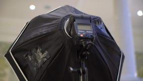 Φακός με το softbox Επαγγελματικός πυροβολισμός φωτογραφιών στο εσωτερικό Ο φωτογράφος παίρνει τις φωτογραφίες εικόνων με έναν ψη φιλμ μικρού μήκους