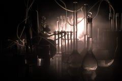 Φαρμακείο και θέμα χημείας Φιάλη γυαλιού δοκιμής με τη λύση στο ερευνητικό εργαστήριο Επιστήμη και ιατρικό υπόβαθρο εργαστήριο στοκ φωτογραφίες με δικαίωμα ελεύθερης χρήσης