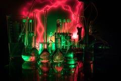 Φαρμακείο και θέμα χημείας Φιάλη γυαλιού δοκιμής με τη λύση στο ερευνητικό εργαστήριο Επιστήμη και ιατρικό υπόβαθρο εργαστήριο στοκ εικόνα