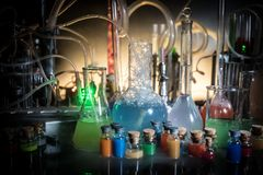 Φαρμακείο και θέμα χημείας Φιάλη γυαλιού δοκιμής με τη λύση στο ερευνητικό εργαστήριο Επιστήμη και ιατρικό υπόβαθρο εργαστήριο στοκ φωτογραφία