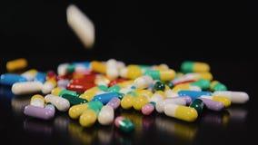 Φαρμακευτικό φάρμακο, μια δέσμη των πολύχρωμων στρογγυλών καψών των ταμπλετών με την αντιβιοτική ιατρική στις συσκευασίες ασθένει απόθεμα βίντεο