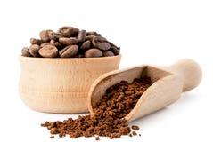 Φασόλια καφέ και στιγμιαίος καφές στα ξύλινα εργαλεία σε ένα άσπρο υπόβαθρο απομονωμένος στοκ εικόνες