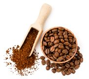 Φασόλια καφέ και στιγμιαίος καφές στα ξύλινα εργαλεία σε ένα λευκό Η μορφή της κορυφής στοκ φωτογραφίες με δικαίωμα ελεύθερης χρήσης