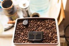 Φασόλια καφέ στη μηχανή ψητού, ψημένος arabica καφές στοκ φωτογραφία