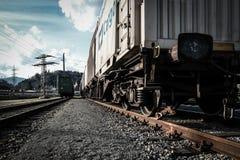 φθάνει σιδηρόδρομος πλατφορμών για να εκπαιδεύσει στοκ εικόνες