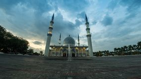 φιλτράρισμα 4K Cinematic που αφήνεται στο μήκος σε πόδηα σφάλματος σωστής στιγμής του κρατικού μουσουλμανικού τεμένους Selangor σ απόθεμα βίντεο