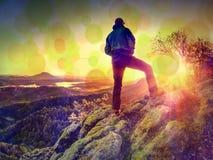 φιλτραρισμένος Ο οδοιπόρος στο σακάκι windbreaker απολαμβάνει τη θαυμάσια θέα στοκ φωτογραφία